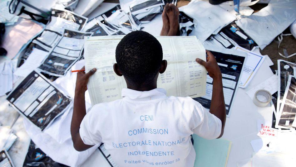 Mitglied der Wahlkommission bei der Stimmauszählung in der Hauptstadt Kinshasa