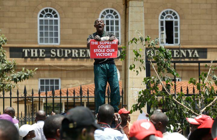 Kenyatta-Anhänger demonstrieren gegen das Verfassungsgericht
