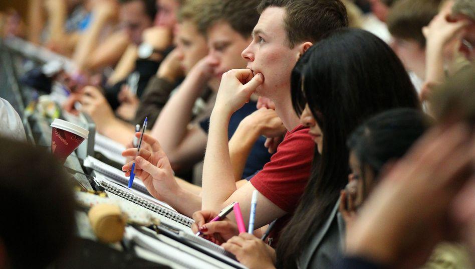 Studenten an der Universität Köln - bundesweit brechen rund 29 Prozent ihr Studium ab