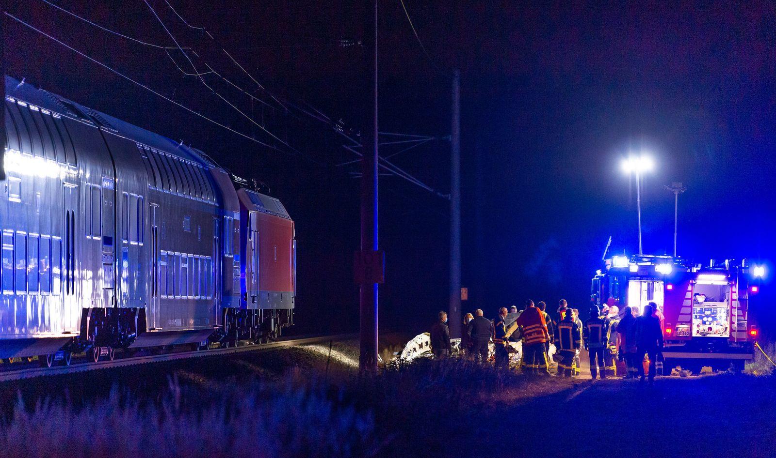 Schranken umfahren: Autofahrerin stirbt nach Kollision mit Zug