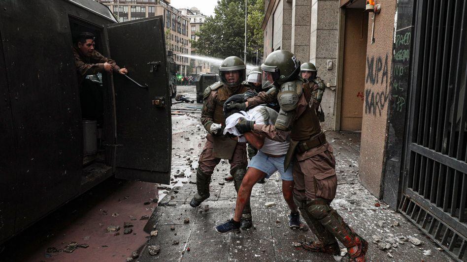 Proteste in Santiago: Angesichts der gewalttätigen Ausschreitungen in Chile hat Präsident Piñera den Nationalen Sicherheitsrat einberufen.