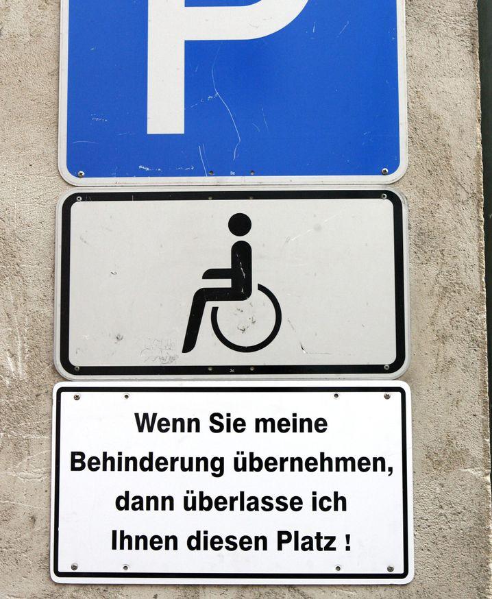 Behinderten-Parkplatz: Wer hier falsch parkt, muss sich was anhören