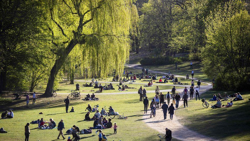 """Park in Berlin-Schöneberg am 18. April: """"Aus virologischer Sicht gibt es keine Grundlage, den Lockdown jetzt schon zu lockern"""""""