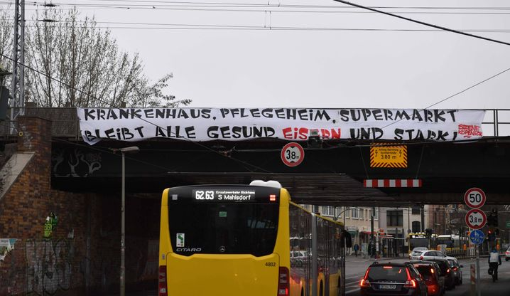 """Fans von Union Berlin mit einem Spruchband in der Coronakrise: """"Bleibt alle gesund, eisern und stark"""""""