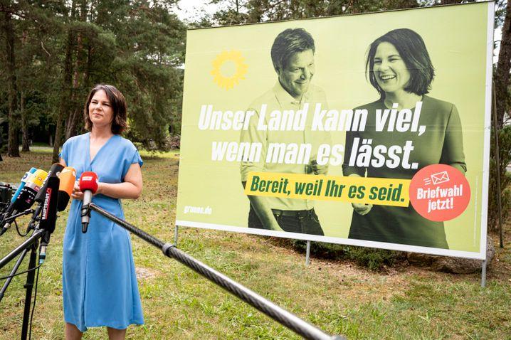 Kandidatin Baerbock mit Plakat