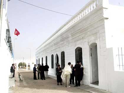 Djerba: Mitglieder der jüdischen Gemeinde vor der Synagoge