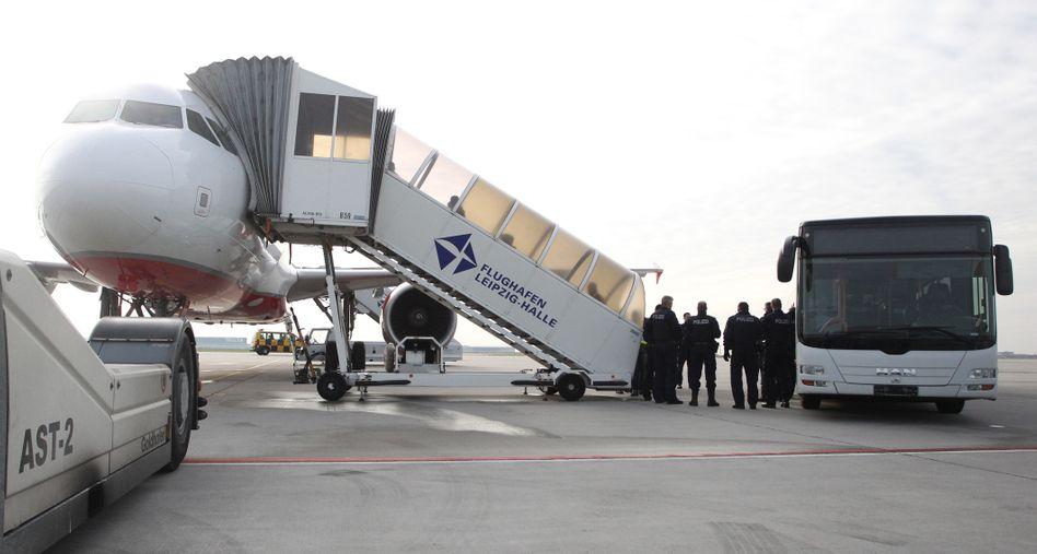Abschiebung per Flugzeug (auf dem Flughafen Leipzig-Halle)