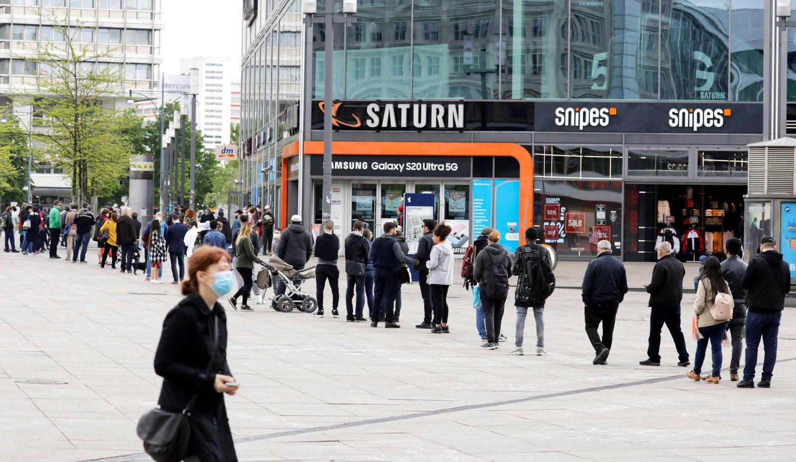 Waehrend der Corona-Krise, bildet sich am Samstagmittag vor dem Saturnmarkt auf dem Alexanderplatz, eine Menschenmenge
