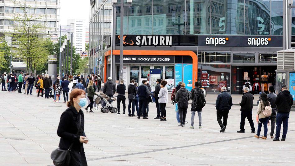 Menschen in einer Warteschlange in Berlin Anfang Mai