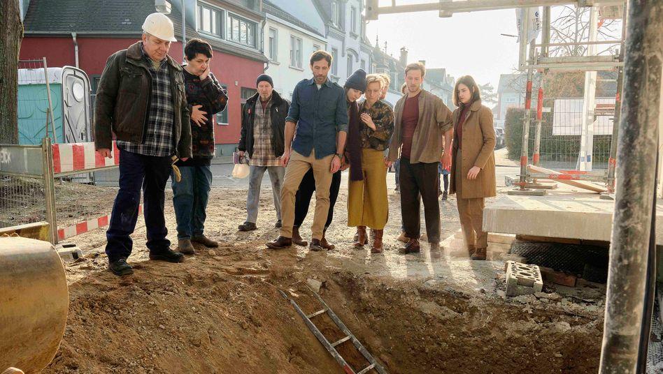 Leiche im Fundament: Die Mitglieder des Wohnprojekts schauen in die Grube