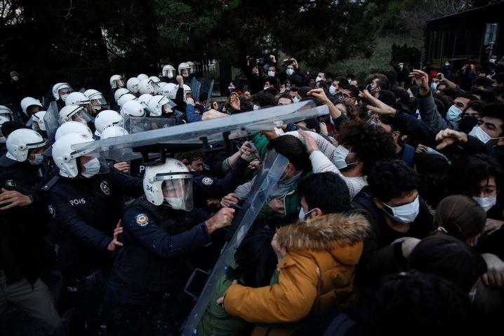 Türkische Polizisten gehen im Januar gegen die Studierenden der Boğaziçi-Universität vor