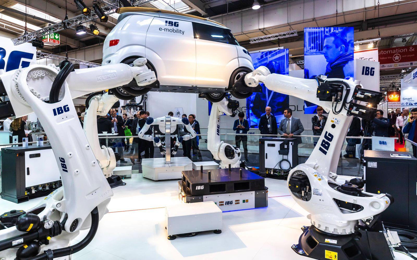 DEU, Deutschland, Hannover, 04.04.2019: IBG zeigt, wie ein Elektrofahrzeug von Robotern gefertigt wird. // Die Hannover