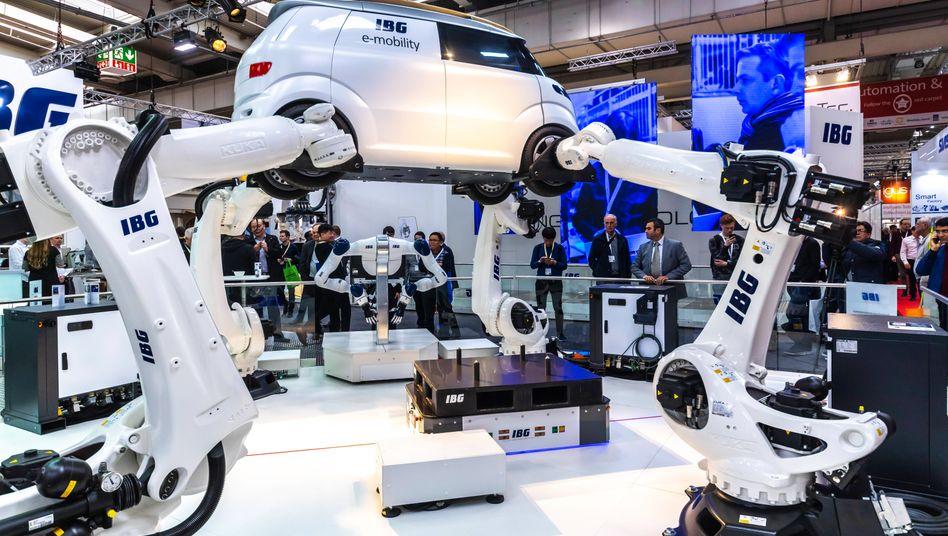 """Roboter-Fertigung eines Elektroautos auf der Hannover-Messe 2019: """"Innovationsdynamik droht ins Mittelfeld zu rutschen"""""""