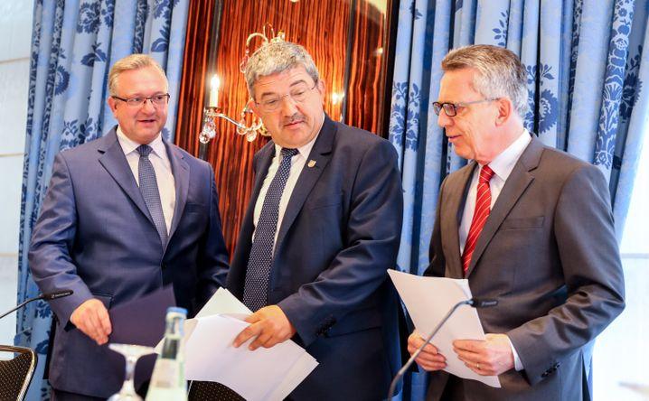 De Maizière, (r.), Caffier (M.), Henkel