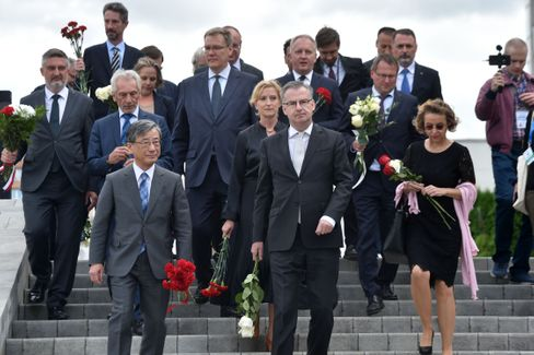 Ausländische Diplomaten legen in Minsk Blumen nieder