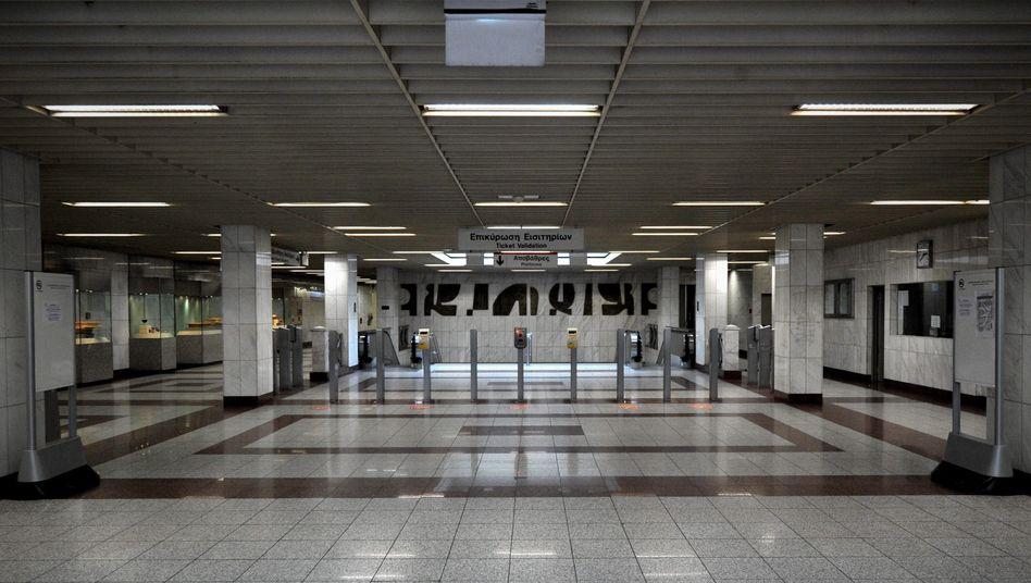 Verwaiste U-Bahn-Station in Athen: U-Bahn-Fahrer streiken gegen Einkommensverluste