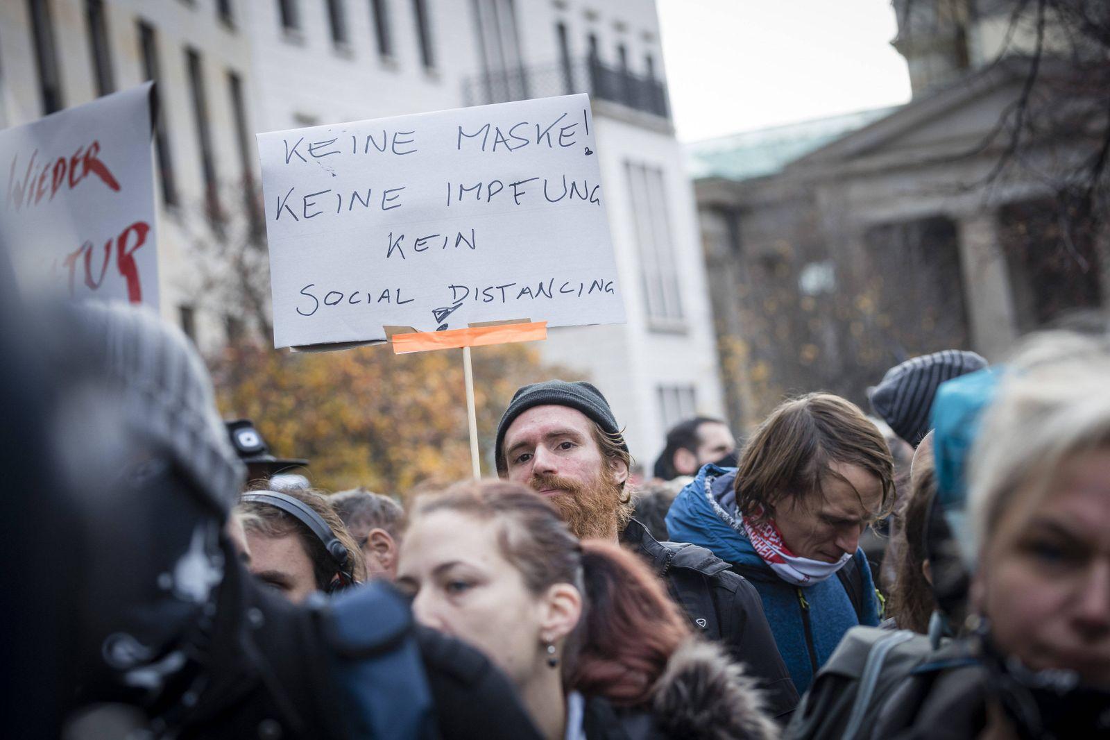 Demonstration gegen die Corona-Schutzmassnahmen der Bundesregierung am Bundestag. Zahlreiche Menschen protestieren gege