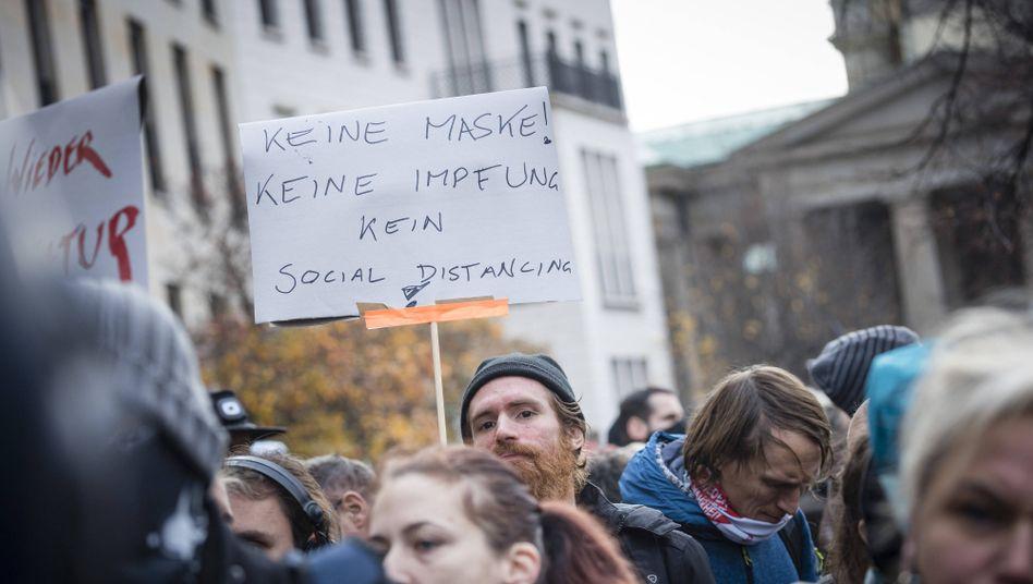 So wie hier in Berlin am Mittwoch wollten Gegner der Corona-Politik auch am Samstag in München auf die Straße gehen