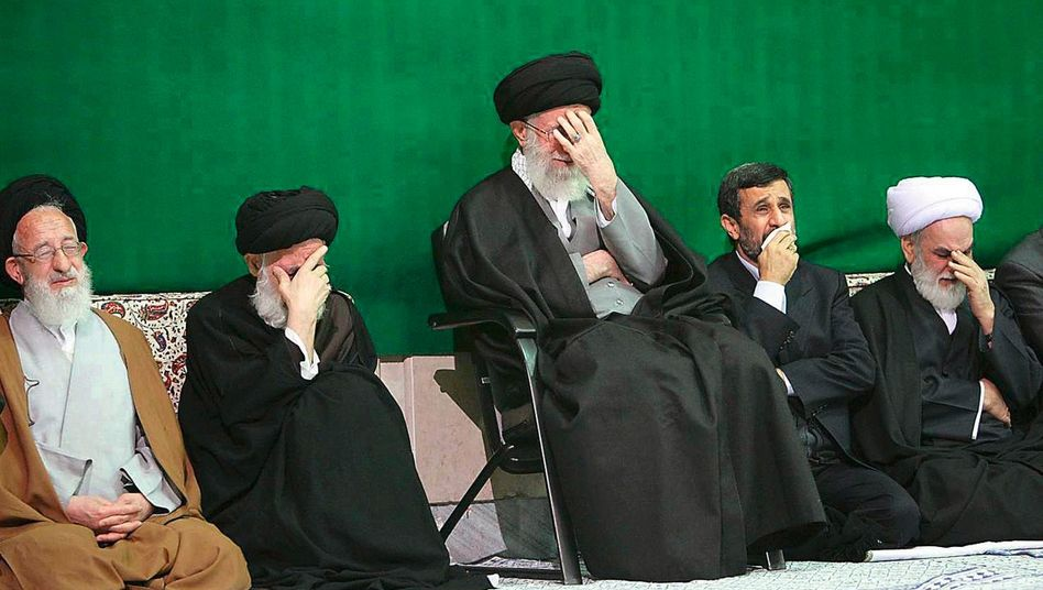 Religionsführer Chamenei (M.), Präsident Ahmadinedschad: »Iran führt sich bereits auf wie eine Nuklearmacht«