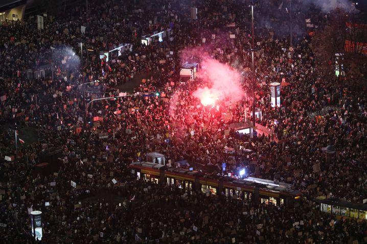 Massenproteste in Warschau: Dicht gedrängt, trotz steigender Corona-Infektionszahlen