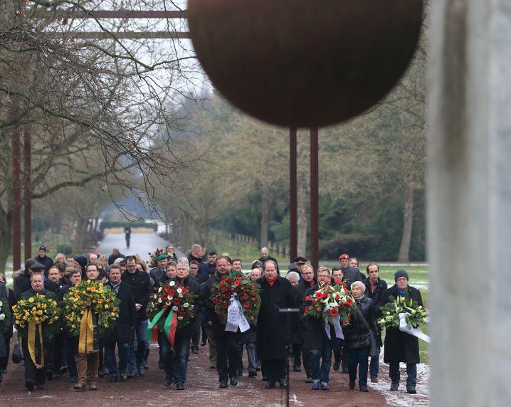 Kränze für die Opfer des Luftangriffes vom 16. Januar 1945 auf dem Westfriedhof in Magdeburg
