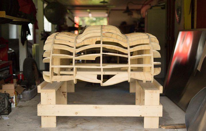 Auf diesem Holzgerüst passte Runge die Alu-Karosserie an
