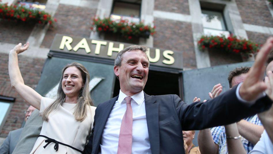 Sieg für die SPD: Thomas Geisel und seine Frau Vera vor dem Rathaus in Düsseldorf