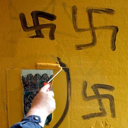 Ein Hausmeister einer Berliner Schule übermalt Hakenkreuze: Antisemitische Vorfälle häufen sich