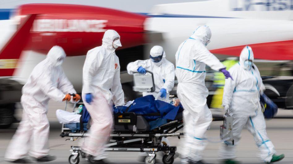 Ankunft eines Corona-Kranken aus Frankreich in Dresden