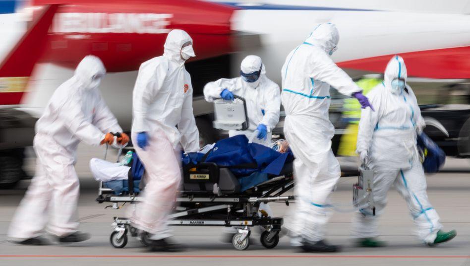 Schwer erkrankter Corona-Patient landet am Flughafen Dresden: In Frankreich können nicht mehr alle Infizierten adäquat behandelt werden
