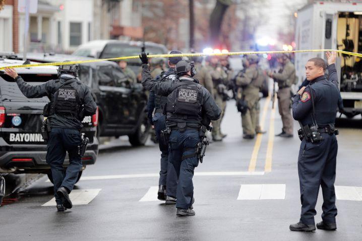 Die Spur beginnt im Nachbarort: Polizisten in Jersey City