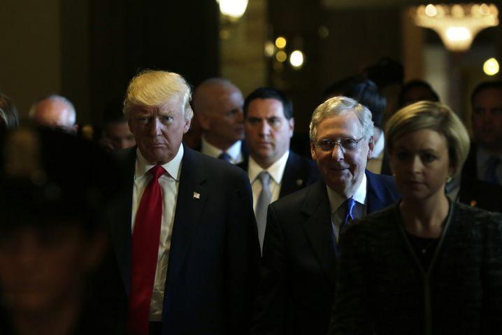Donald Trump mit Mitch McConnell im Kapitol in Washington, D.C.