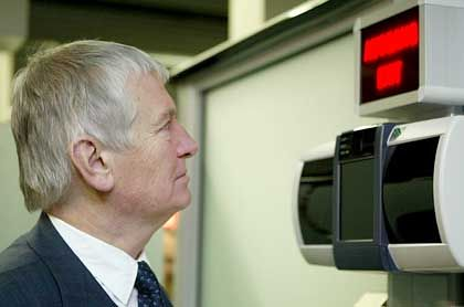 Schily macht's vor: Der Innenminister lässt seine Iris scannen