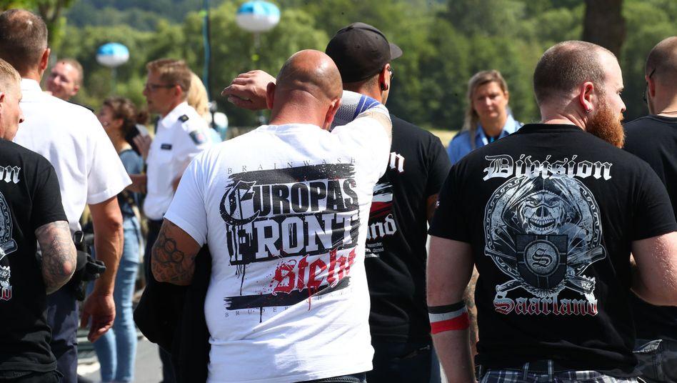 Besucher vor dem Veranstaltungsgelände beim Rechtsrock-Festival