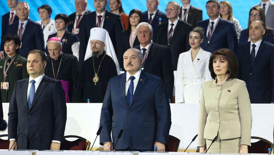 Feierlichkeiten wie zu Sowjetzeiten: Machthaber Alexander Lukaschenko (M.) lässt sich von seinen Anhängern feiern