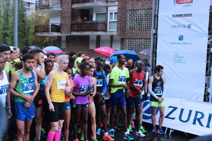 An der Startlinie beim Marathon in San Sebastián: Emmanuel Sikuku (Startnummer drei) hofft auf ein Ergebnis unter 2:13 Stunden