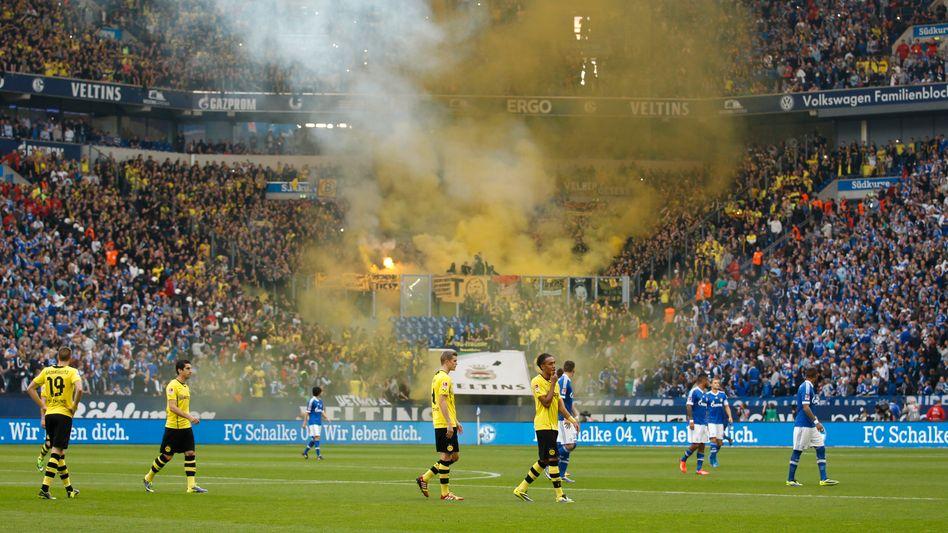 Szene aus dem Revier-Derby Ende Oktober 2013: Schalke verhängt Strafen