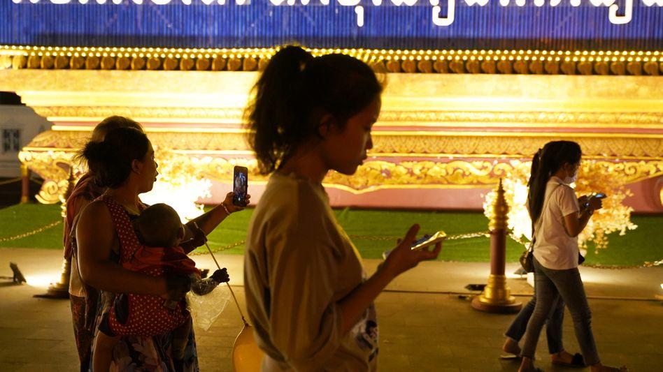 Straßenszene in Kambodschas Hauptstadt Phnom Penh: Seit Ausbruch der Corona-Pandemie verteilen sich Fake News weltweit