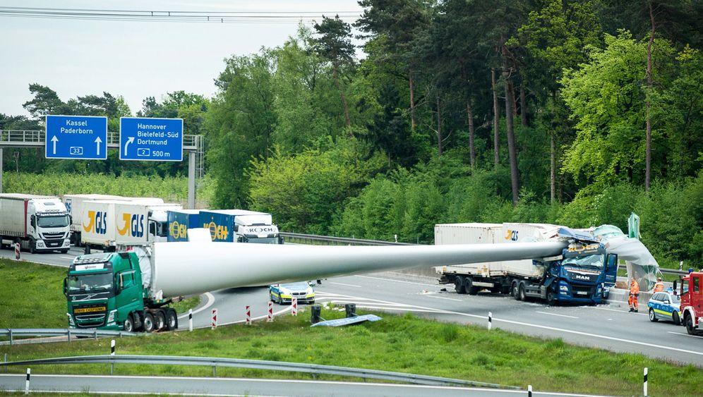 A33 bei Bielefeld: Windradflügel verrutscht bei Auffahrunfall - Autobahn gesperrt