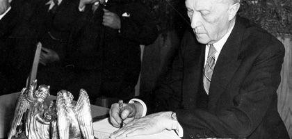 Konrad Adenauer bei der Unterzeichnung des Grundgesetzes: Jeder hat dieselben Chancen, jede Stimme zählt gleich viel