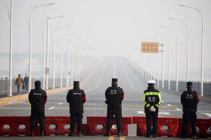 Der Fluss Jangtse ist die Grenze der Provinz Hubei, die Brücke bei Jiujiang ist für Fahrzeuge gesperrt. Laut AP können Fußgänger aber weiterhin Hubei betreten oder verlassen