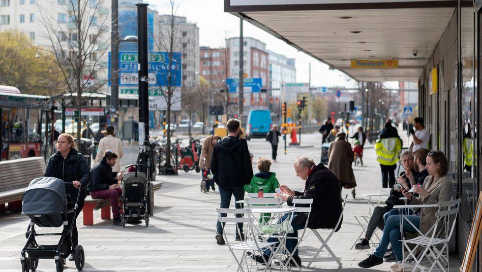 Der schwedische Sonderweg: Menschen im April in einem Café in Stockholm