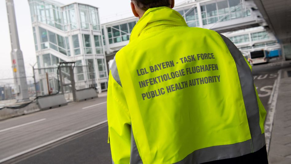 Ein Mitarbeiter der sogenannten Taskforce Infektiologie am Münchner Flughafen
