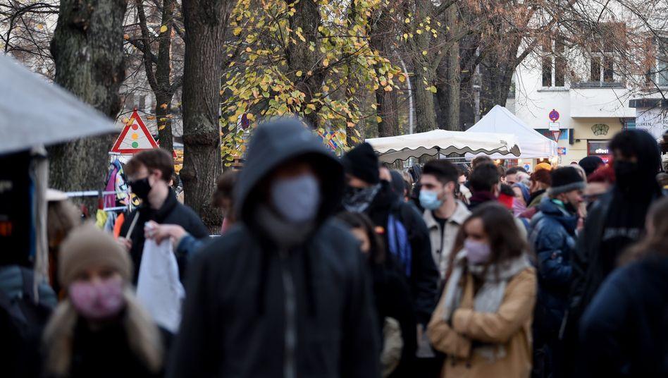 Passanten auf einem Berliner Flohmarkt (Archiv)