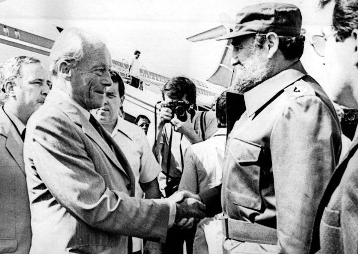 Fidel Castro (r) begrüßt Willy Brandt