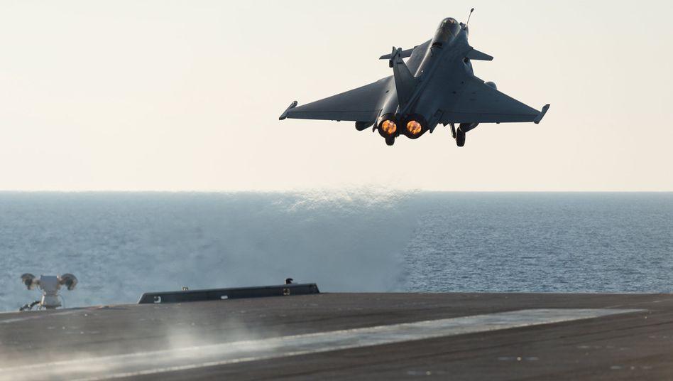 """Rafale-Jet hebt vom französischen Flugzeugträger """"Charles de Gaulle"""" ab: Auch Ausbildungslager des IS angegriffen"""