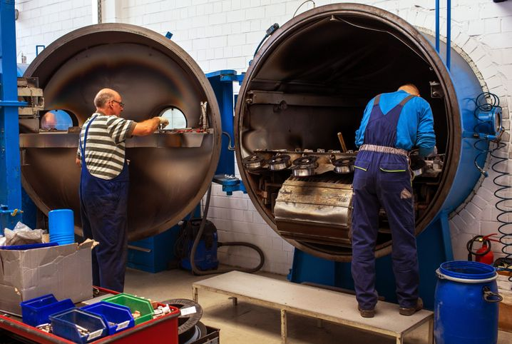 Ältere Arbeitnehmer in einem Betrieb in Wismar 2014 (Symbolbild): Informelle Pausen werden weniger