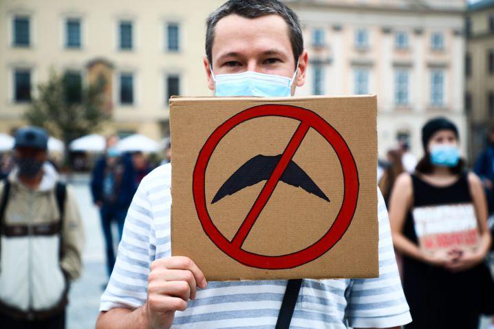 Ein Exil-Weißrusse in Krakau, Polen, bei einer Demonstration gegen Lukaschenko