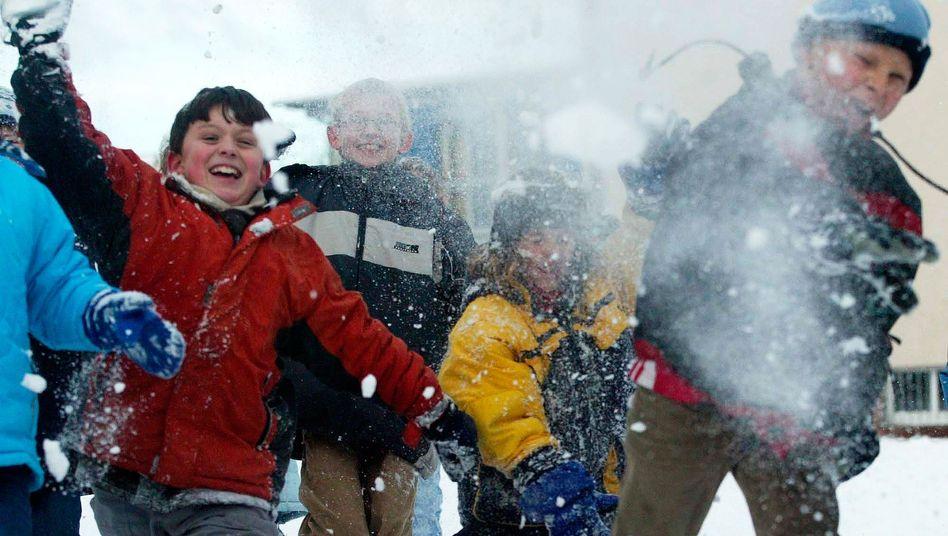 Grundschüler spielen im Schnee: Verletzung eines Lehrers gilt als Dienstunfall