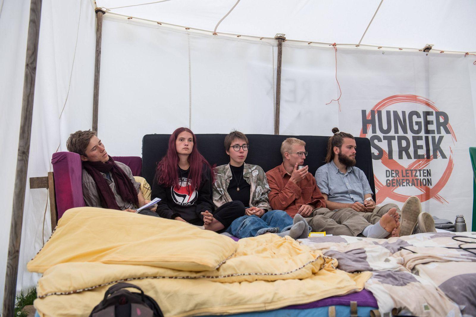 Eine Gruppe junger Erwachsener in Berlin haelt trotz ihres sich nach eigenen Angaben rasant verschlechternden Gesundhei